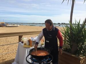 José Campano elaborando su plato