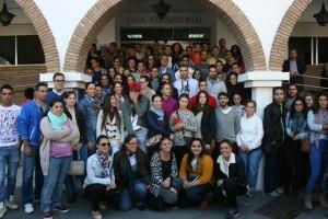El alcalde de Lepe, con los jóvenes del Plan de Empleo Joven.
