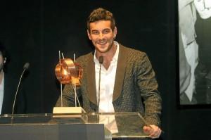 Mario Casas, con el premio.