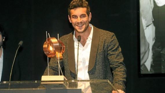 Mario Casas recibe el premio 'La Luz' arropado por sus fans en el marco del Festival