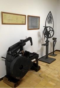 Maquinaria, herramientas y planos para la fabricación de las piezas de madera para fundición. / Foto: E. Molero y M. Santofimia.