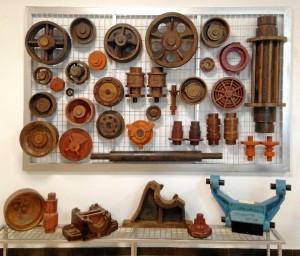 Poleas y piezas de motor de la colección de moldes de madera para fundición de las minas de Tharsis. / Foto: E. Molero y M. Santofimia.