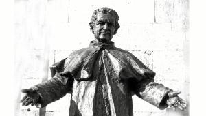 El joven escultor tiene su estudio en La Palma del Condado.