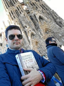 Antonio J. Sánchez con un ejemplar de su novela.