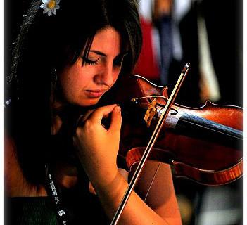 Cristina Aragón, una violinista de Huelva en la orquesta por la paz entre Israel y Palestina West-Estern Divan