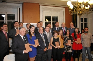 Foto de familia de los ganadores de las Mejores Noticias de 2014, donde se encontró la iniciativa de esta asociación.