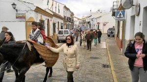 La comitiva ha recorrido las principales calles de Moguer.