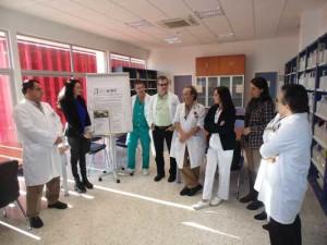 En la imagen se puede ver a la delegada territorial de Igualdad, Salud y Políticas Sociales, Lourdes Martín, el director gerente del Complejo Hospitalario Universitario de Huelva, Rafael García, el responsable de la Unidad de Enfermedades Infecciosas, Ignacio Suárez y parte del equipo médico y enfermero de la Unidad.