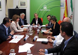 La consejera, reunida con representantes del olivar.