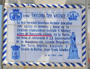 Placa situada en la Avenida Miss Whitney de Huelva. / Foto: Rafael Muñoz.