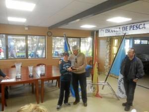 El joven regatista de Punta Umbría recogiendo su premio.