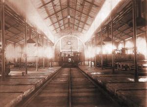 Interior de las cocheras de locomotoras que el Puerto de Huelva tenía en la ciudad. Actualmente este edificio alberga el Archivo Histórico del Puerto de Huelva. / Foto: APH.
