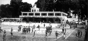 Balneario de la Cinta, lugar de encuentro de muchos onubenses de la época. / Foto: APH.