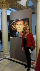 La artista, ante una de sus obras.