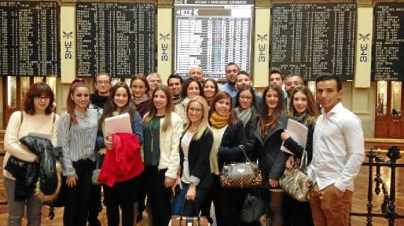 Un grupo de estudiantes de la Onubense visitan la Bolsa y el Banco de España