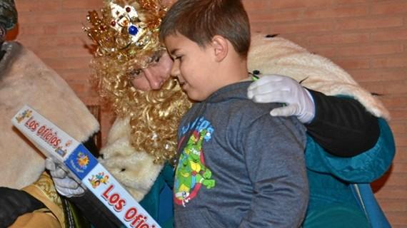Palos sortea casi 800 regalos entre las 1.000 cartas que entregaron los niños a sus Majestades