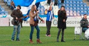 Rocío Márquez y Ocho Vientos en el estadio cantando el himno.