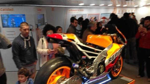 Los onubenses visitan la moto del Mundial de 2013 de Marc Márquez expuesta en Huelva