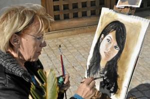 Karina Muller pintando en vivo.
