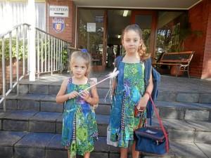 Sus hijas, en la puerta del colegio.
