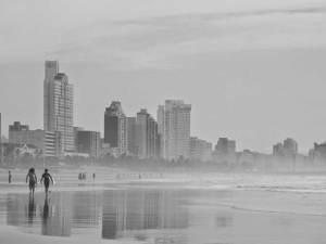 Foto de su marido Víctor y su amigo Antonio en Addington Beach (Durban).