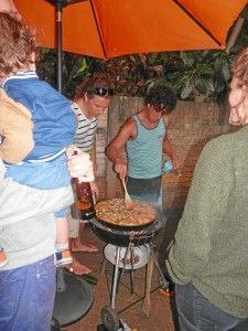 Haciendo una paella con los amigos.