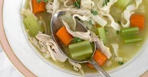 Imagen de una sopa elaborada con pollo y verdura, muy recomendable para estos días.
