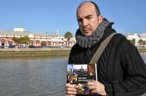 Javier Losa, con un ejemplar del libro.
