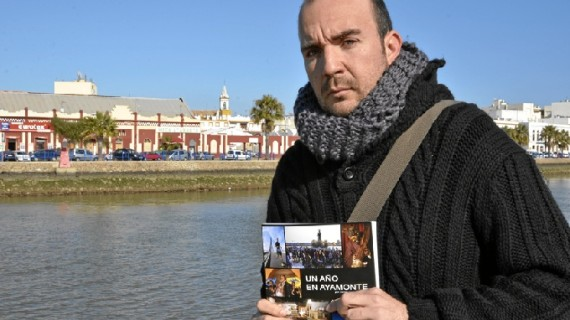 El fotoperiodista Javier Losa Salvador recopila en su libro las noticias de todo un año en Ayamonte