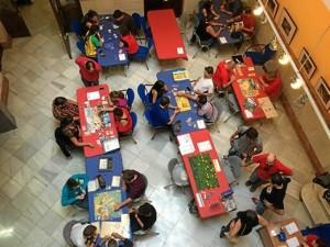 Socios y jugadores en la sede de Mentes Hexagonadas.