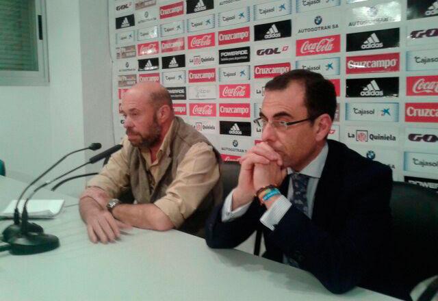 """Pablo Comas y Ángel Sánchez, en la reunión """"informal"""" en la sala de prensa del estadio."""