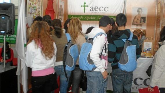 Un grupo de voluntarios llena de salud las jornadas de puertas abiertas de la Onubense