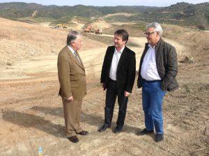 El alcalde de Gibraleón, José Ramón Gómez Cueli, visita las obras de la presa de la Alcolea.