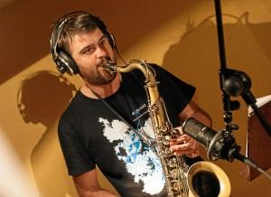 Su formación como saxofonista y su pasión por la música le ha llevado a formarse, en el campo de jazz, con grandes profesionales como son Jerry Bergonzi o Bill McHenry, entre otros.