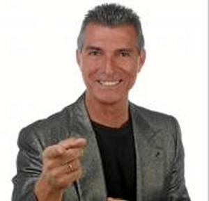 Manolo Sarria lleva al Gran Teatro de Huelva su obra 'Uno más uno no son dos' junto con el humorista Justo Gómez.