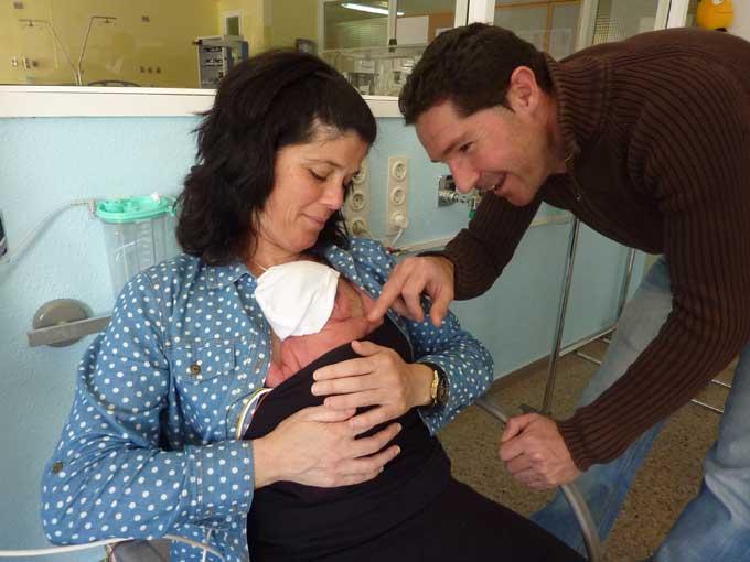 La Unidad Neonatal del Hospital Juan Ramón Jiménez abre las 24 horas a los padres para dar apoyo a los recién nacidos