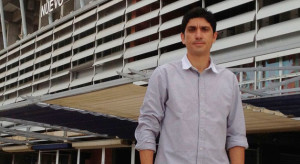 Juan Manuel Pavón, delante del estadio Nuevo Colombino.
