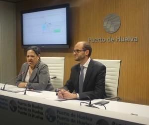 La presidenta de la Autoridad Portuaria de Huelva, Manuela de Paz, y el director del Puerto de Huelva, Pedro García, durante la presentación.