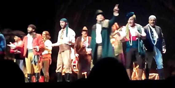 La comparsa gaditana 'Los bandoleros' de 'Los Carapapa' actúa en Isla Cristina