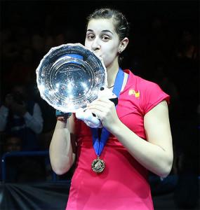 Carolina besa el preciado trofeo británico. / Foto: Bádminton Photo.