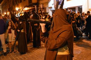 De marrón franciscano visten los nazarenos del Calvario