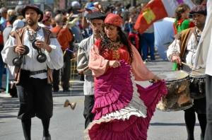 Desde la avenida de América hasta la plaza Juan Pablo II más de 100 figurantes desfilaban con majestuosidad.