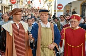 Presos en los carros de tortura, la reina en su transportín, guerreros, brujas, mendigos, cetreros y hasta la Reina Isabel La Católica estaban presentes en el desfile.