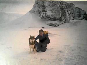 Entrenamiento de supervivencia en la nieve con perros de bomberos en la sierra de La Covatilla (Salamanca).