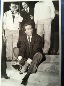 Una de sus fotografías publicadas en Huelva Información. Se muestra a Julio Iglesias quitándose un chino del zapato, cuando ofreció un concierto en La Rabida. El cantante intentó impedir su publicación, pero le fue posible.