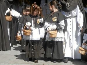 Niños acompañando al Sentencia en su camino por las calles de la capital.