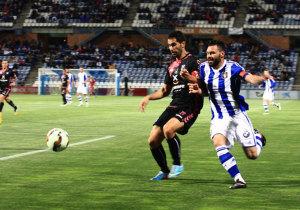 Córcoles pugna con un jugador del Tenerife en un lance del partido de este sábado. / Foto: Josele Ruiz.