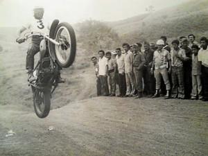 Estuvo un año y medio trabajando en Ecuador, donde no olvidó sus aficiones, como ocurre en este caso con su moto.