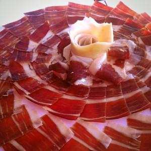 Degustar el jamón de Jabugo.