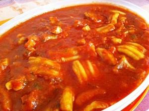 Tollos con tomate, plato genuino de Huelva. / Foto: floruca.wordpress.com.